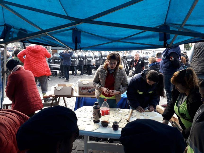 Reprimen a militantes en el Obelisco que buscaban repartir colchones