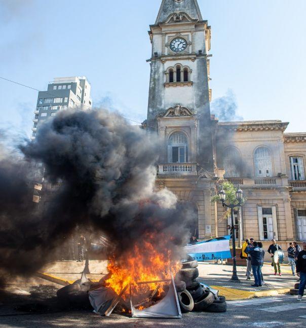 Evacúan la municipalidad en distrito PRO tras una protesta gremial
