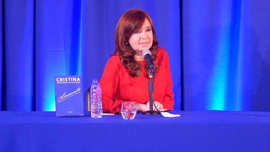 Cristina viaja a ver a su hija y reprograma la gira