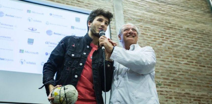 Sebastián Yatra visitó la Villa 31, sorprendió a los vecinos y cantó con ellos