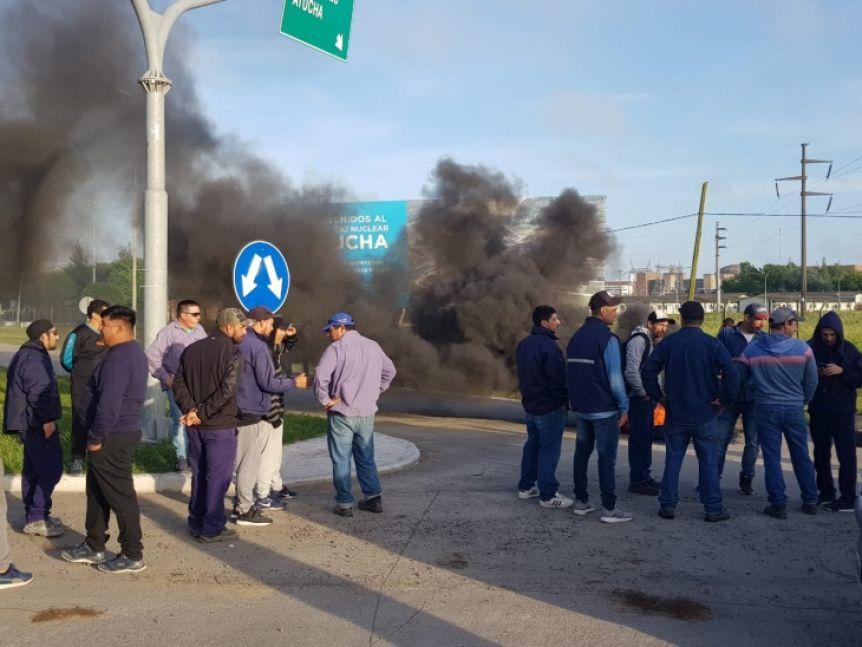 Trabajadores cortaron el acceso a Atucha para denunciar masivas suspensiones