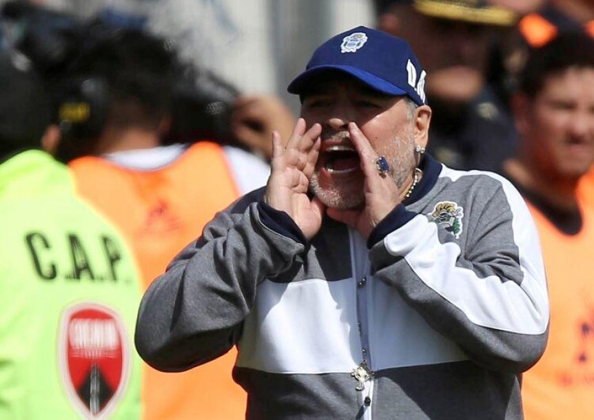 A un día de su renuncia, Diego Maradona volvió a Gimnasia