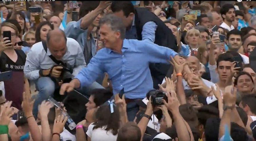 """Macri se despidió de la Rosada frente a una multitud y dijo """"hasta pronto, esto recién empieza"""