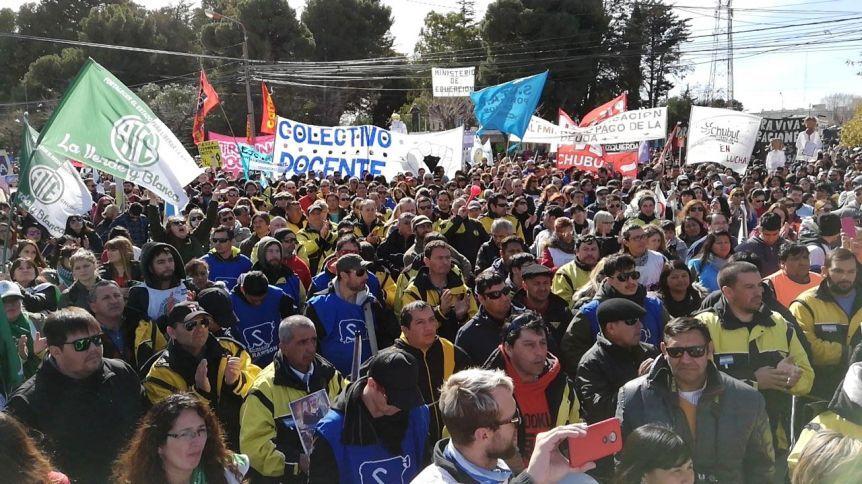 Crece la tensión en Chubut y más sectores se suman a las medidas fuerza contra el Gobierno