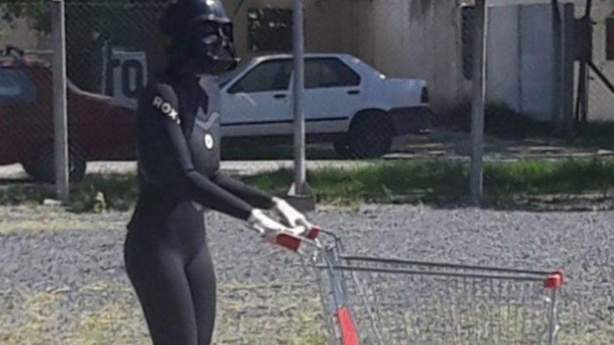 Una mujer se disfrazó como Darth Vader para ir al supermercado