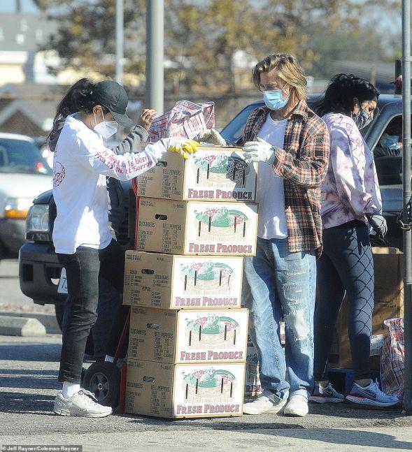 Brad Pitt repartió alimentos a los más necesitados y fue tendencia en las  redes