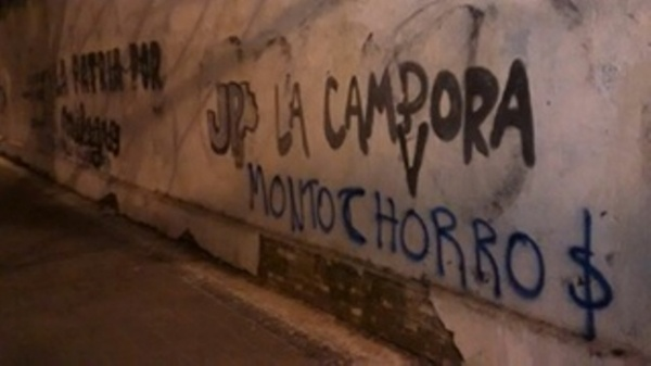 "Atacan local de La Cámpora y señalan a bandas ""neonazis"""