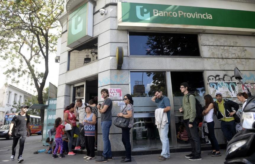 Paro y a la bolsa: colas en los cajeros tras el primer día sin actividad bancaria