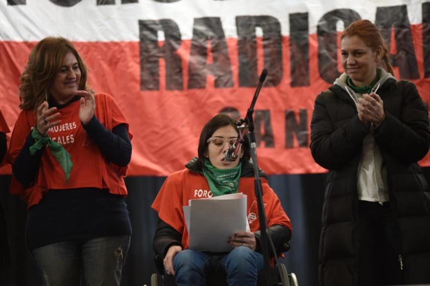 Pañuelos verdes y celestes en la convención de mujeres de la UCR